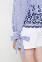 STYLE REPUBLIC PLUS - Tie sleeve embroidered stripe blouse - blue & white