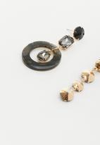 Superbalist - Halle miss matched earrings - black
