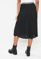 Superbalist - Pleated skirt with sports stripe detail - black