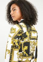 Missguided - Baroque print cropped denim jacket - black & yellow