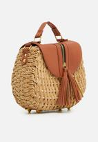 BLACKCHERRY - Tassel detail woven crossbody bag - brown