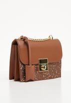 BLACKCHERRY - Glitter sling bag - tan