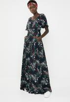 AMANDA LAIRD CHERRY - Thulisile satin-like maxi dress - black