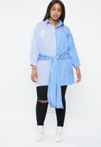 STYLE REPUBLIC PLUS - Asymmetrical shirt with multi-tie detailing - blue & white