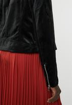 Vero Moda - Hazle velvet short jacket - black