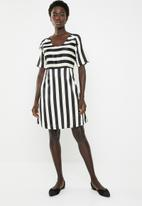 Jacqueline de Yong - Faye short sleeve dress - black & cream