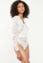 Missguided - Lace deep plunge wrap over bodysuit - white
