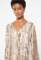 Superbalist - Ring detail dress - brown & white