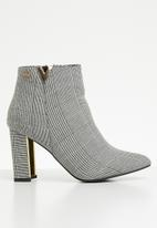 Miss Black - Pointed ankle boot - black & white