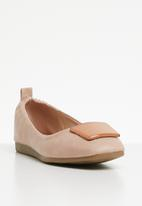 Butterfly Feet - Selby pump - dirty pink