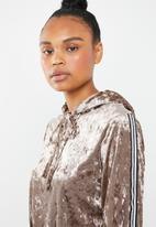 Missguided - Crushed velvet hoodie shorts set - brown