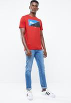 Jack & Jones - Logan short sleeve regular fit tee - red