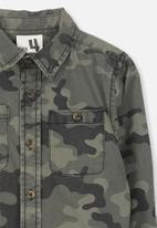 Cotton On - Noah long sleeve camouflage shirt - green