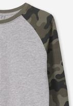 Cotton On - Tom long sleeve camouflage raglan tee - grey & green