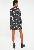 Brave Soul - Floral dress with high ruffle neck - black