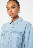 Missguided - Longline distressed denim jacket - blue