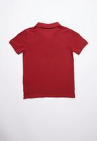 GUESS - Short sleeve core triangle golfer - red