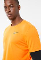 Nike - Breathe rise 365 top short sleeve top - orange & black
