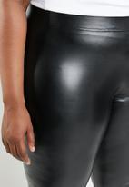 STYLE REPUBLIC PLUS - Wet look leggings - black