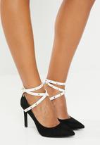 Miss Black - Strappy heel - black & white