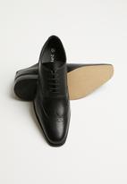 Superbalist - Seth leather brogue - black