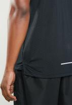 Nike - Breathe rise 365 short sleeve tee - black & silver