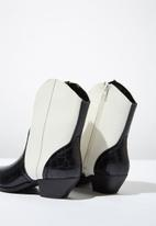 Cotton On - Faux leather western boot - black & white