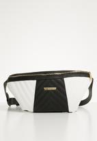 BLACKCHERRY - Quilt detail moonbag - black & white