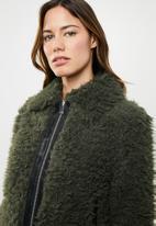 Vero Moda - Ibi jayla short faux fur jacket - khaki