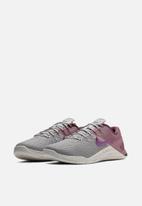 Nike - Nike w Metcon 4 xd - atmosphere grey / true berry