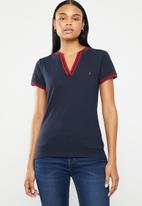 POLO - Simone short sleeve V-neck golfer - navy & red