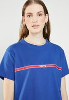 Levi's® - Graphic varsity tee printed tape- surf - blue
