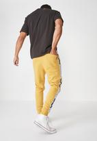 Cotton On - Trippy slim trackie - yellow