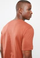GUESS - Short sleeve core triangle tee - red