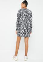 Missguided - Oversized long sleeve front T-shirt dress - black & white