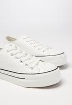 Cotton On - Faux leather platform sneaker - white