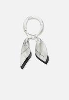 Cotton On - Soho satin linear art scarf - white & black