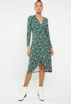New Look - V neck long sleeve ditsy wrap dress - green