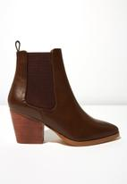 Cotton On - Faux leather gusset ankle boot - brown