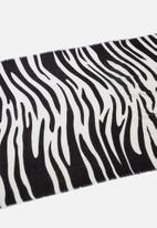 Cotton On - Maddie mid weight tilly zebra scarf - black & white
