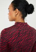Superbalist - Turtle neck top - red & black