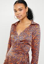 Missguided - Wrap over asymmetric midi dress leopard - orange & navy