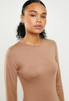 Missguided - Basic long sleeve crew neck midi dress - camel