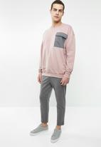 Superbalist - Oversized crew neck utility sweat - pink & grey
