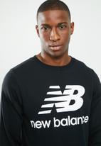 New Balance  - Essentials stacked logo crew - black