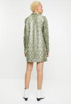 Missguided - Pu snake oversized shirt dress - green & black