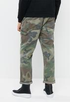 Mennace - Camo print trousers - green