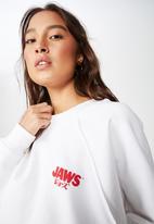 Cotton On - Batwing crew graphic jaws logo fleece - white