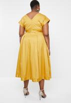 AMANDA LAIRD CHERRY - Plus size zweli v neck dress - yellow