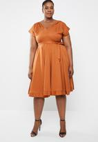 AMANDA LAIRD CHERRY - Plus size mia v neck dress - brown